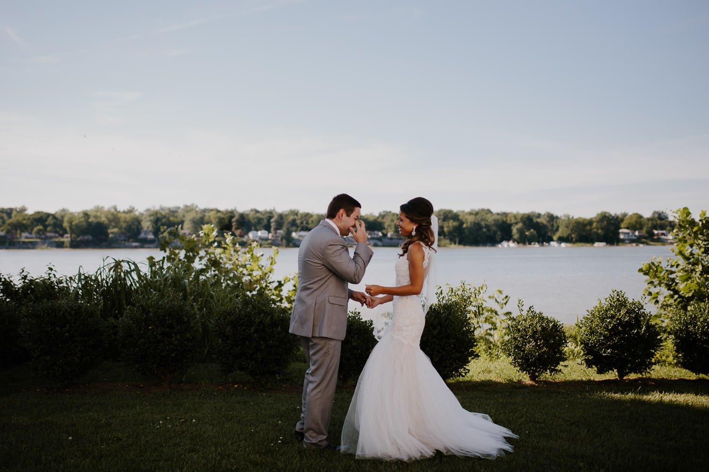 свадебная церемония у воды